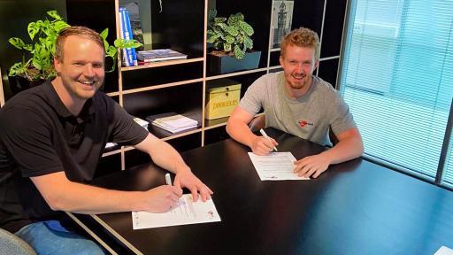 Bob Dokter tekent een contract voor onbepaalde tijd!